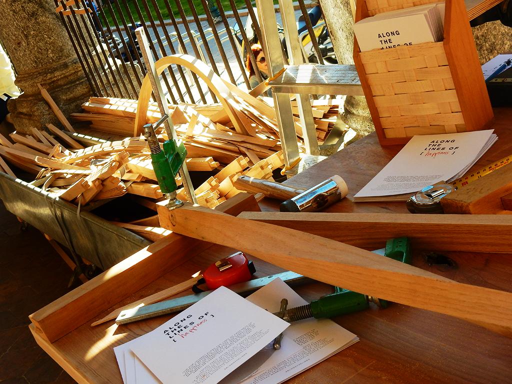 Parte integrante dell'installazione e del momento è il banco di lavoro, studiato e progettato appositamente per mostrare,durante la performance, come viene lavorato il legno.